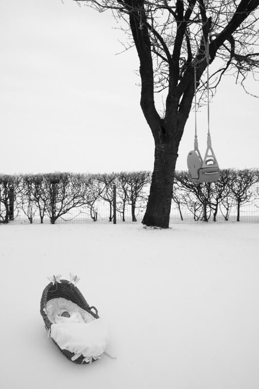 kunstfoto, Baby met mandje in de sneeuw