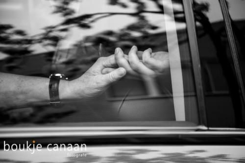 close-up handen in volgauto, rouw, uitvaart