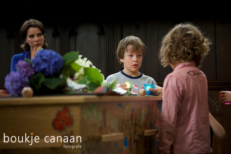 Kinderen steken kaarsen aan bij uitvaartdienst