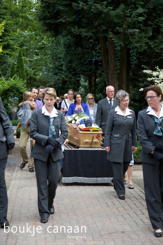 Doodkist begeleid naar de begraafplaats