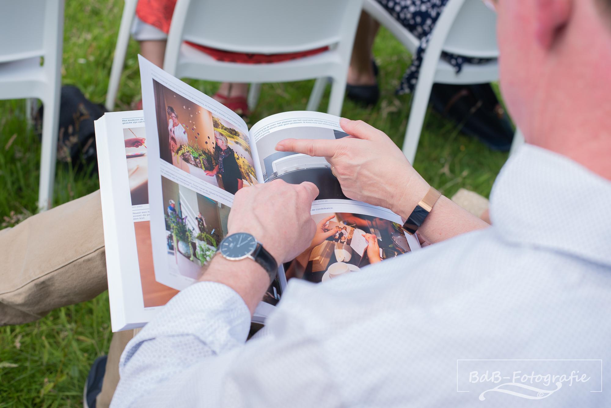 Boek wordt gelezen door niet-fotografen